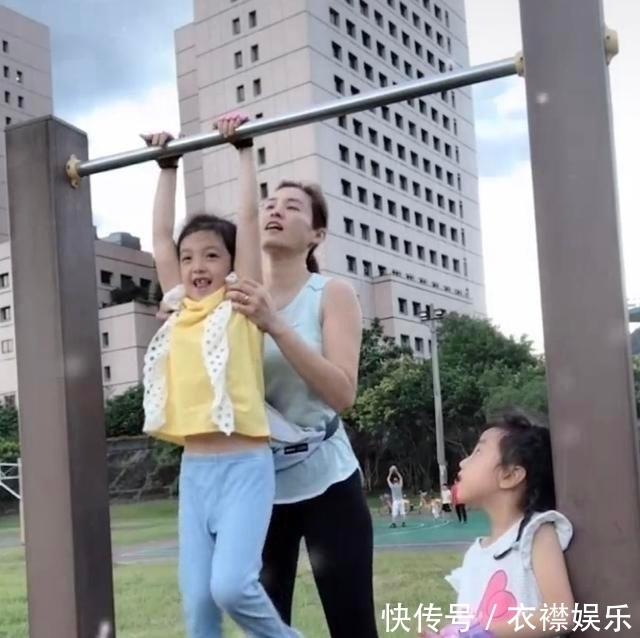 公园 《爸哪儿》小泡芙长大了!7岁拥有大长腿,公园练单杠秒变女汉子